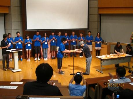 2012年8月21日罗宇琪同学代表月坛中学接受夏令营结业证书_爱奇艺.jpg