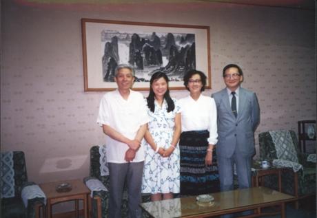 1988年,月坛中学师生第一次出访LABO时受到时任中国驻日本大使馆大使唐家璇、文化参赞王稼祥的接见。唐家璇(右一)、王稼祥(左一)、月坛中学副校长王珊(右二).JPG.jpg