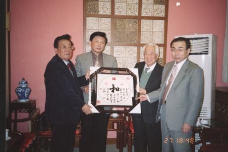 2000年3月,友好交流十周年中日双方互赠礼物_爱奇艺.jpg