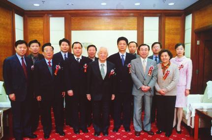 2005年3月,在月坛中学与LABO友好交流二十周年之际,铃木裕生理事长率日本师生访问月坛中学.jpg